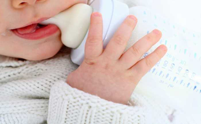 Baby som drikker av tåteflaske.