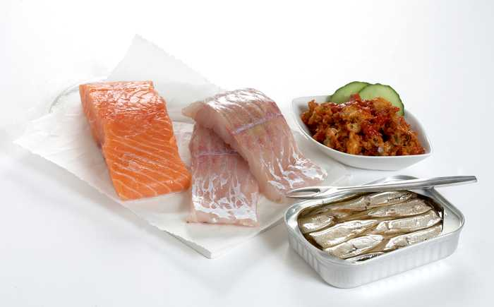 Laksefilet, seifilet, makrell i tomat og sardiner.