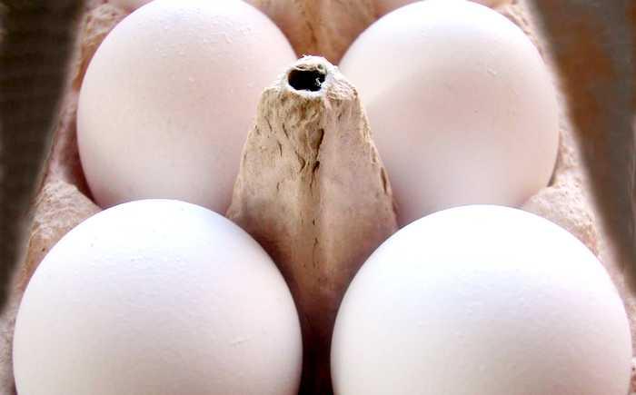 Seks egg ligger i en åpen eggekartong