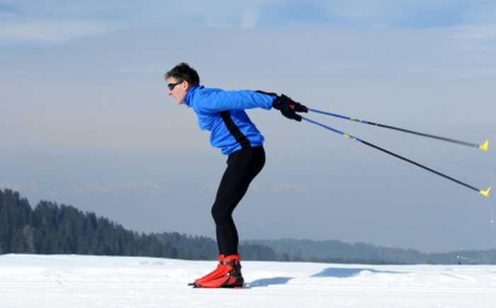 En skiløper går langrenn i klassisk stil