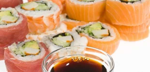 Ulike typer sushi og soyasaus.