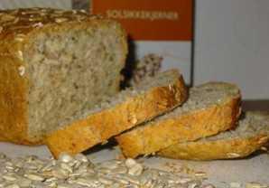 Bilde av et brød med solsikkekjerner i forgrunnen