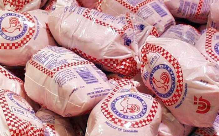 Innpakkede, frosne kyllinger ligger i en haug