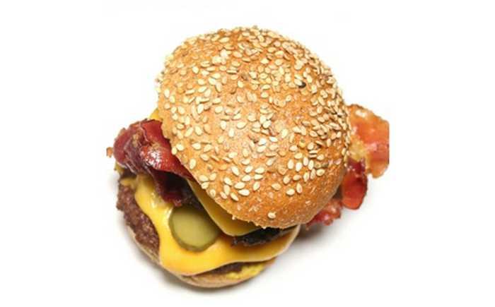Hamburger i brød med sesamfrø.