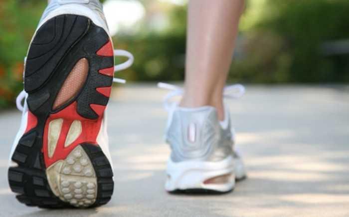 Et par joggesko på asfalt.