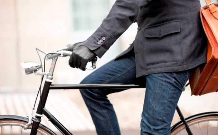 En mann på sykkel til jobben.