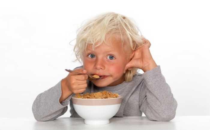 Gutt som spiser frokostblanding.