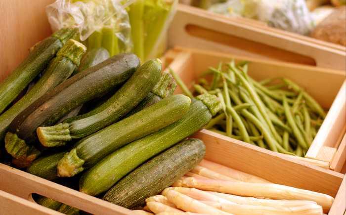 Squash og diverse andre grønnsaker plassert i trekasser