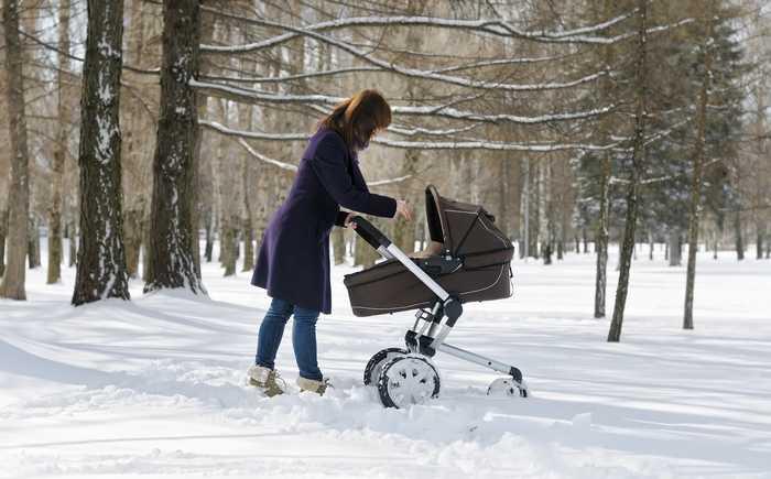 Kvinne som triller barnevogn