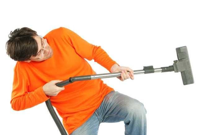 Mann med støvsuger