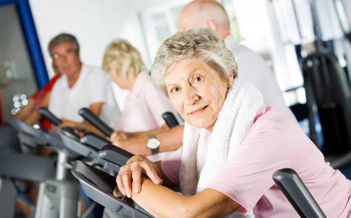 Eldre kvinne som trener på treningsstudio