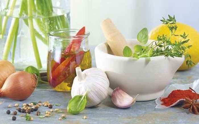 Løk, hvitløk, sitron chili pepper og krydderurter
