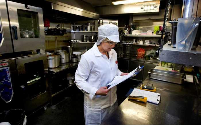 Mattilsynets inspektør sjekker et restaurantkjøkken