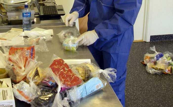Diverse matprodukter blir sjekket for E. coli aven fagperson.