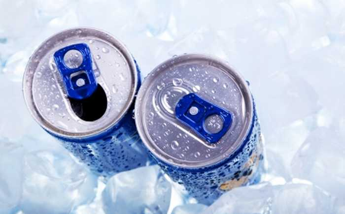 To blå brusbokser som står i isbiter