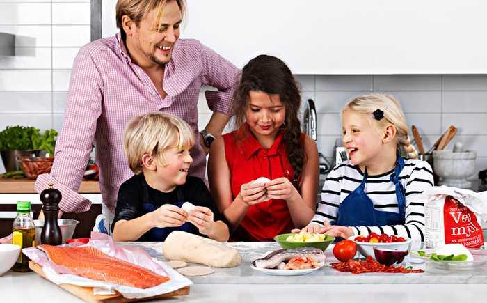 Barn som tilbereder fisk