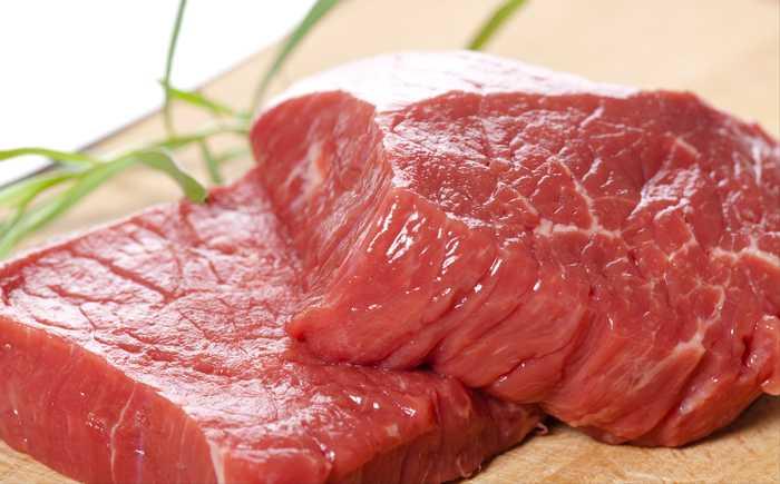 To skiver av biff, rått kjøtt på en fjøl
