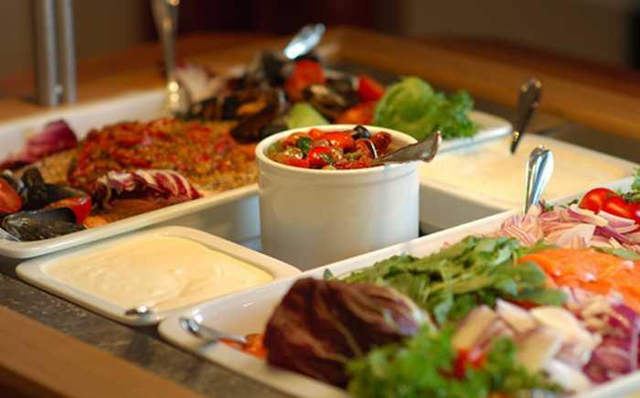 Fargerik buffét med to store fat, salater og dresing