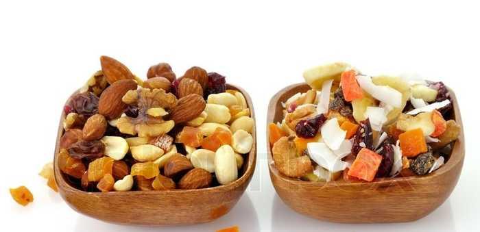 Blanding av nøtter og tørket frukt i to små serveringsboller av tre