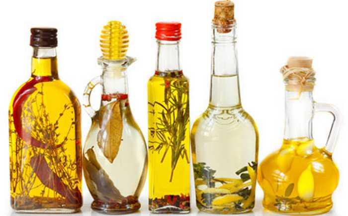 Fem ulike krydderoljer på flasker