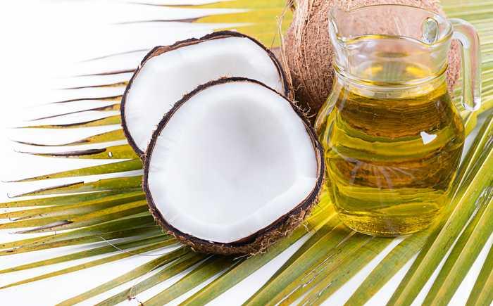 Kokosnøtter og en kanne med olje