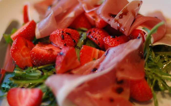 Jordbær, parmaskinke og rucculasalat