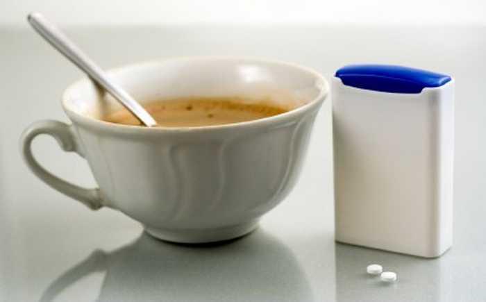 Kaffekopp med en boks suketter