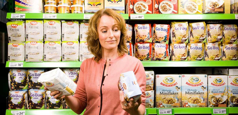 Kvinne som sammenligner merkingen på frokostblandinger