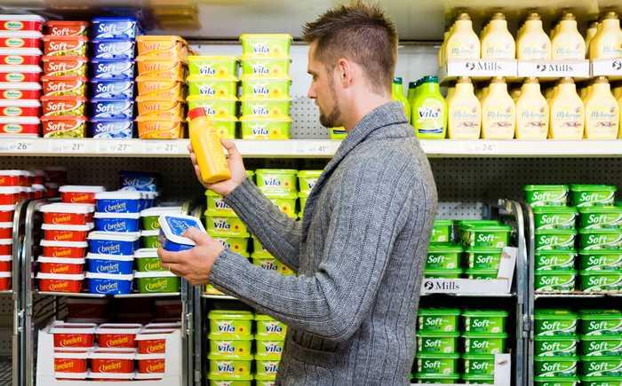 Mann som velger margarin