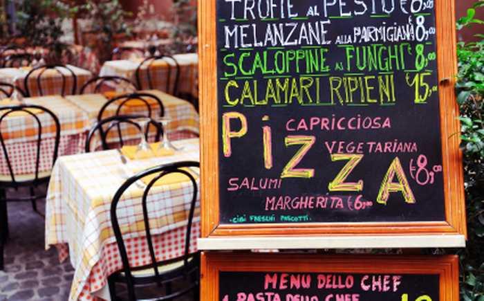 Menyskilt utenfor italiensk restaurant.