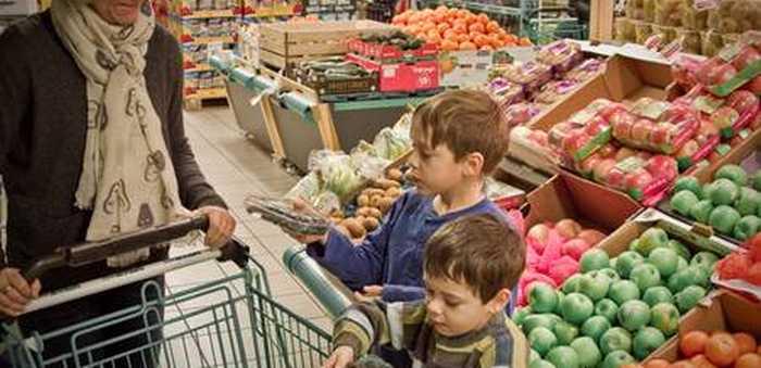 Mor og barn i grønnsaksdisken