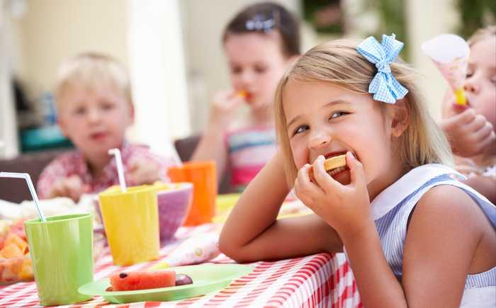 Barnehagebarn som spiser frukt