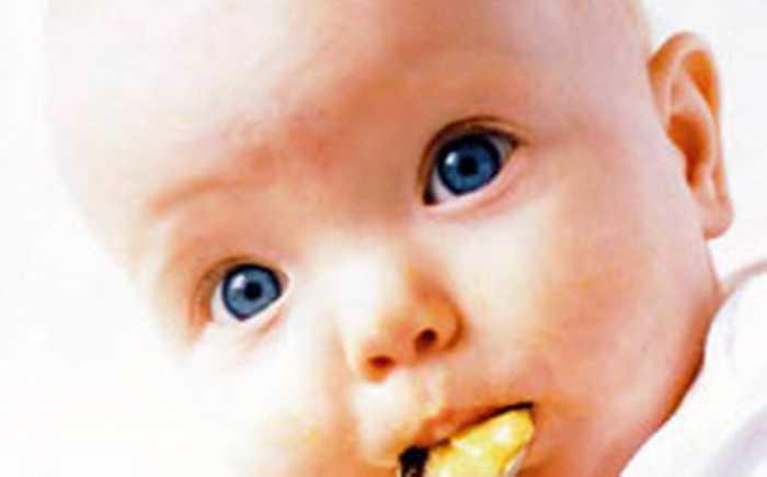 Baby som spiser grøt fra en skje
