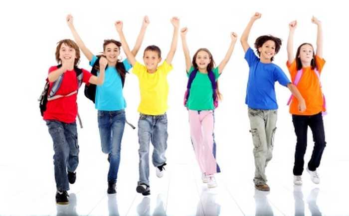 Glade skolebarn som løper med hendene i været.