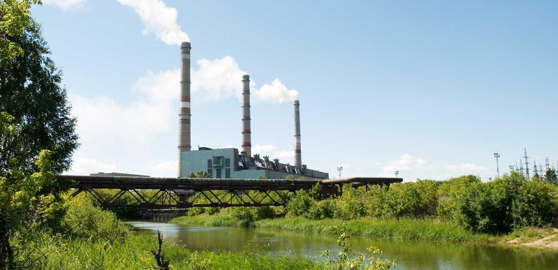 Fabrikkpiper med røyk som forurenser