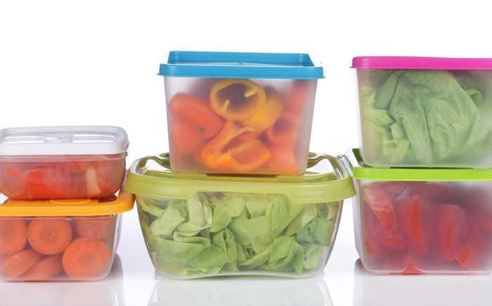 Plastikkbokser med grønnsaker
