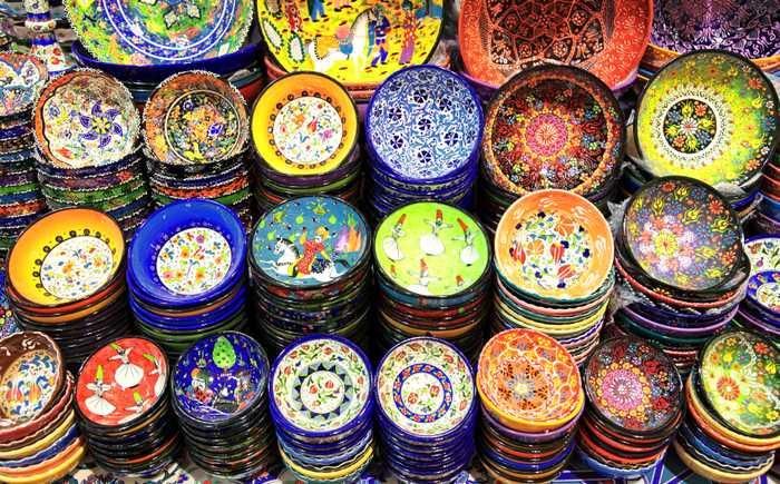 Keramikkskåler med mye farger og mønster