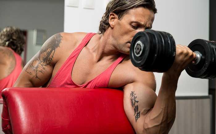 Muskelmann som løfter vekter