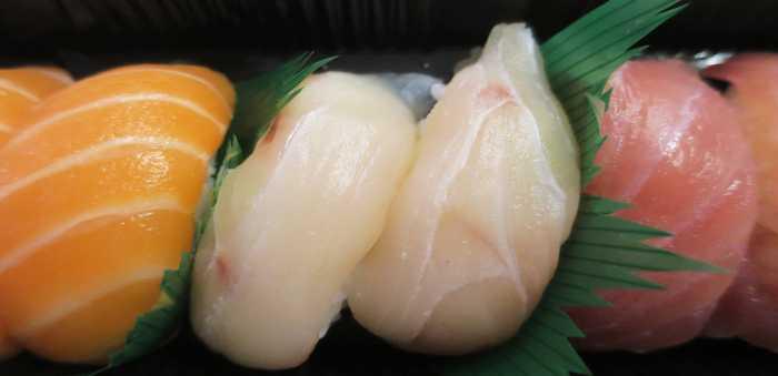 Sushibiter med laks, hvitfisk og tunfisk.
